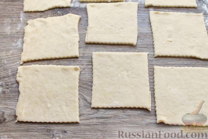Фото приготовления рецепта: Треугольники из дрожжевого теста на сметане, с творожно-клубничной начинкой - шаг №11