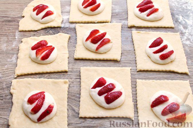 Фото приготовления рецепта: Треугольники из дрожжевого теста на сметане, с творожно-клубничной начинкой - шаг №15