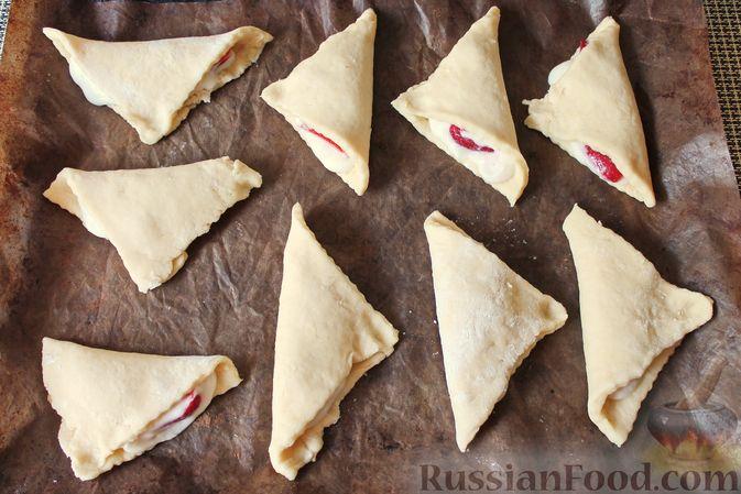 Фото приготовления рецепта: Треугольники из дрожжевого теста на сметане, с творожно-клубничной начинкой - шаг №16