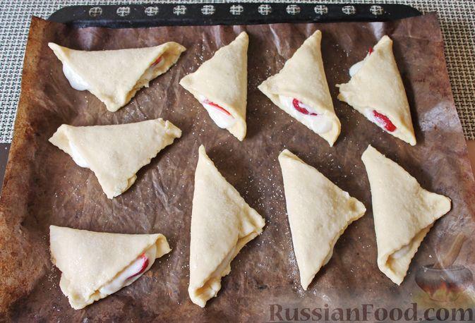 Фото приготовления рецепта: Треугольники из дрожжевого теста на сметане, с творожно-клубничной начинкой - шаг №17