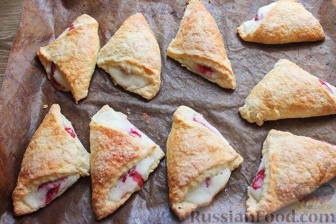 Фото приготовления рецепта: Треугольники из дрожжевого теста на сметане, с творожно-клубничной начинкой - шаг №18