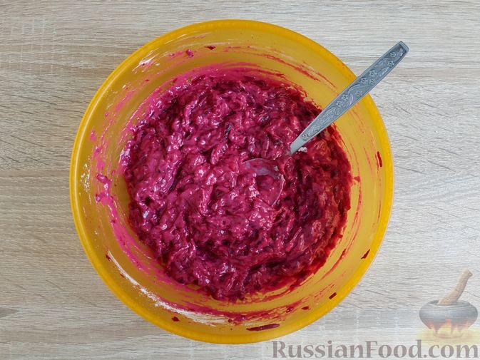 Фото приготовления рецепта: Оладьи из свёклы - шаг №6