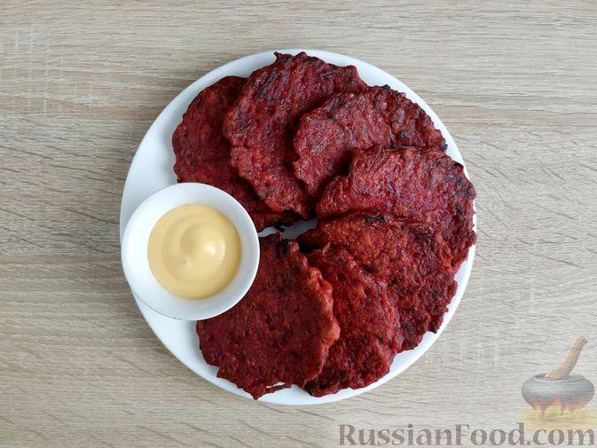 Фото приготовления рецепта: Оладьи из свёклы - шаг №10