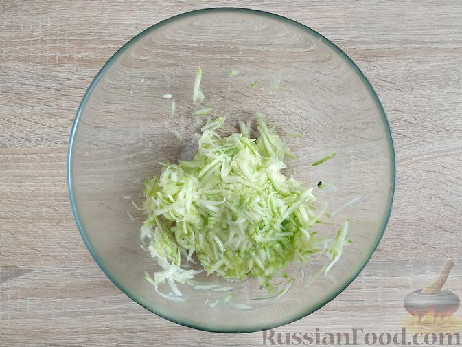 Фото приготовления рецепта: Запеканка из кабачка с мясными фрикадельками - шаг №7