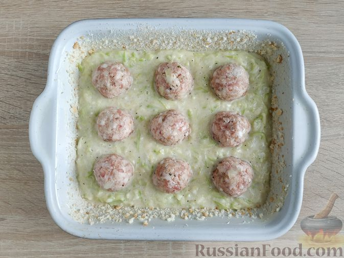Фото приготовления рецепта: Запеканка из кабачка с мясными фрикадельками - шаг №12