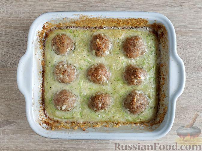 Фото приготовления рецепта: Запеканка из кабачка с мясными фрикадельками - шаг №13