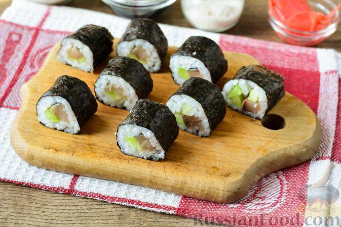 Фото приготовления рецепта: Роллы с солёной скумбрией и свежим огурцом - шаг №11