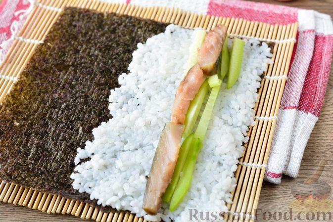Фото приготовления рецепта: Роллы с солёной скумбрией и свежим огурцом - шаг №9
