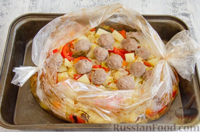 Фото приготовления рецепта: Овощное рагу с мясными фрикадельками, запечённое в рукаве - шаг №8