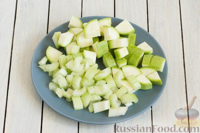 Фото приготовления рецепта: Овощное рагу с молодой капустой, кабачками, грибами и сладким перцем - шаг №2