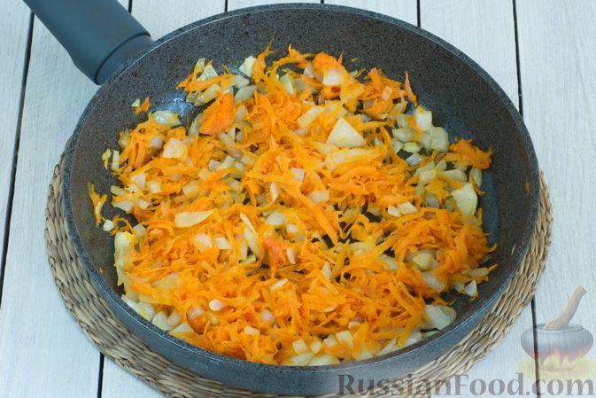Фото приготовления рецепта: Овощное рагу с молодой капустой, кабачками, грибами и сладким перцем - шаг №4