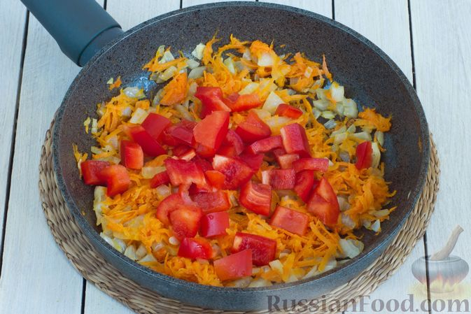 Фото приготовления рецепта: Овощное рагу с молодой капустой, кабачками, грибами и сладким перцем - шаг №5