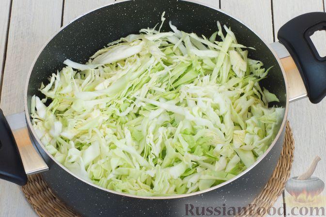 Фото приготовления рецепта: Овощное рагу с молодой капустой, кабачками, грибами и сладким перцем - шаг №7