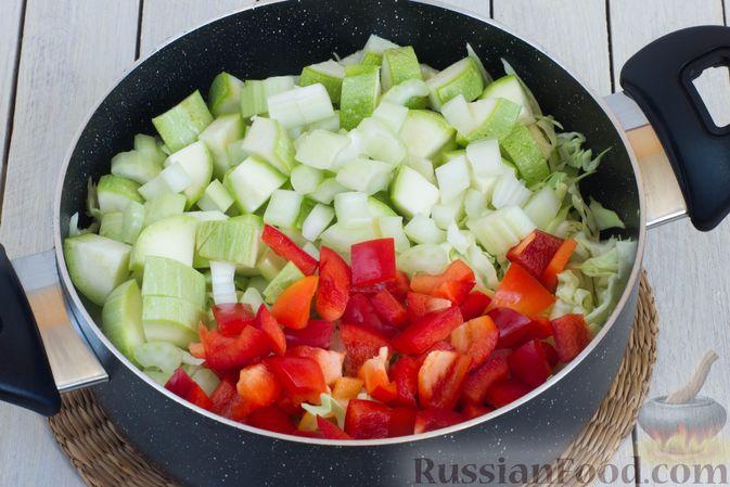 Фото приготовления рецепта: Овощное рагу с молодой капустой, кабачками, грибами и сладким перцем - шаг №8