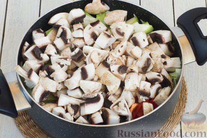 Фото приготовления рецепта: Овощное рагу с молодой капустой, кабачками, грибами и сладким перцем - шаг №9