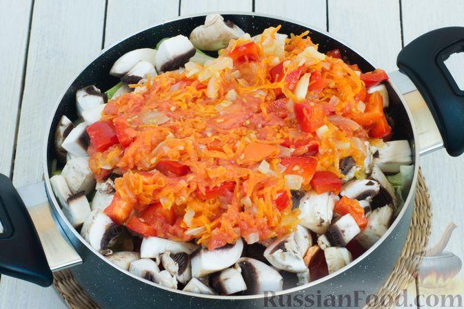 Фото приготовления рецепта: Овощное рагу с молодой капустой, кабачками, грибами и сладким перцем - шаг №10