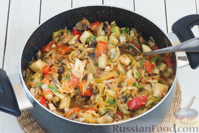 Фото приготовления рецепта: Овощное рагу с молодой капустой, кабачками, грибами и сладким перцем - шаг №12