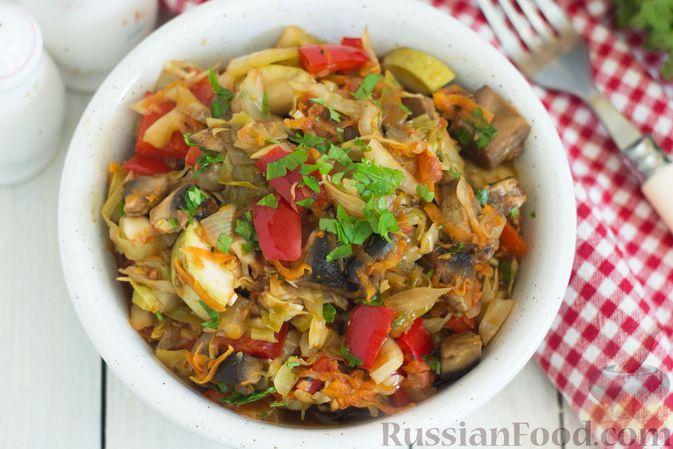 Фото приготовления рецепта: Овощное рагу с молодой капустой, кабачками, грибами и сладким перцем - шаг №13