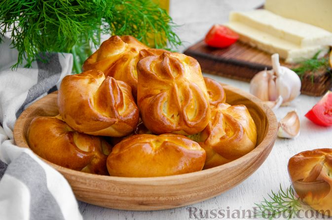 Фото к рецепту: Булочки с творогом, сыром и зеленью