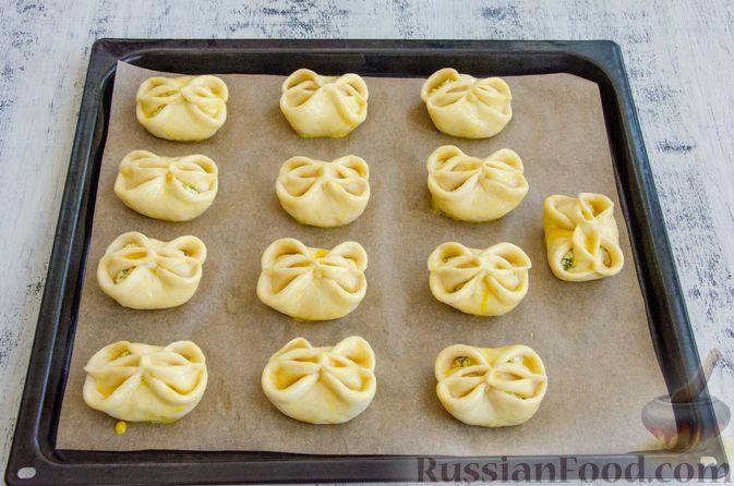 Фото приготовления рецепта: Булочки с творогом, сыром и зеленью - шаг №14