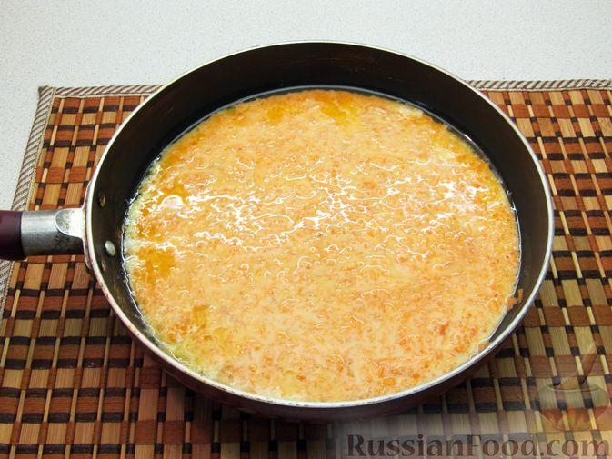 Фото приготовления рецепта: Омлет с морковью - шаг №8