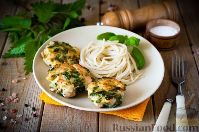 Фото к рецепту: Куриные рубленые котлеты с крапивой и петрушкой