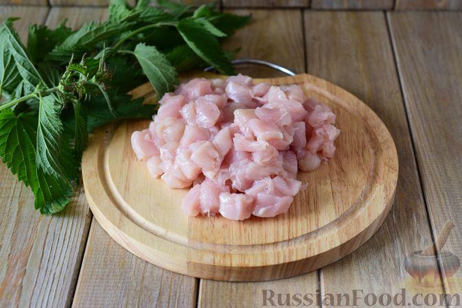 Фото приготовления рецепта: Куриные рубленые котлеты с крапивой и петрушкой - шаг №2