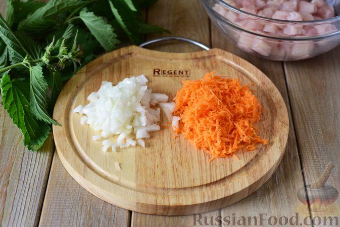 Фото приготовления рецепта: Куриные рубленые котлеты с крапивой и петрушкой - шаг №3