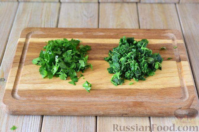 Фото приготовления рецепта: Куриные рубленые котлеты с крапивой и петрушкой - шаг №5