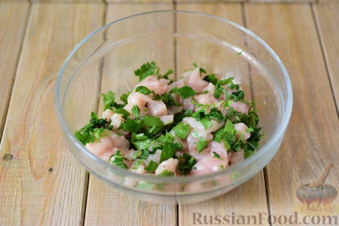 Фото приготовления рецепта: Куриные рубленые котлеты с крапивой и петрушкой - шаг №6