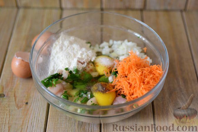 Фото приготовления рецепта: Куриные рубленые котлеты с крапивой и петрушкой - шаг №7