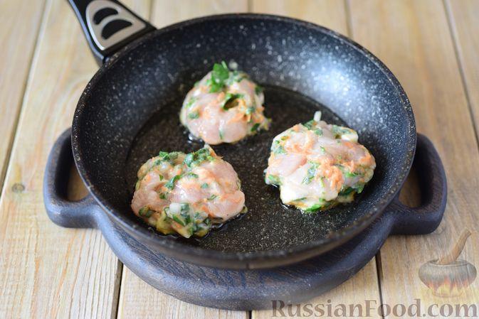 Фото приготовления рецепта: Куриные рубленые котлеты с крапивой и петрушкой - шаг №9
