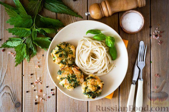 Фото приготовления рецепта: Куриные рубленые котлеты с крапивой и петрушкой - шаг №11