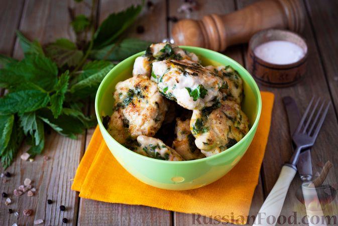Фото приготовления рецепта: Куриные рубленые котлеты с крапивой и петрушкой - шаг №10