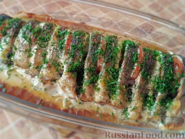 Фото к рецепту: Горбуша, запечённая с помидорами и луком