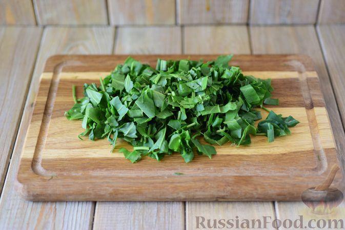 Фото приготовления рецепта: Говядина, тушенная с болгарским перцем и щавелем - шаг №8