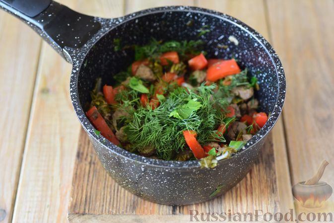 Фото приготовления рецепта: Говядина, тушенная с болгарским перцем и щавелем - шаг №12