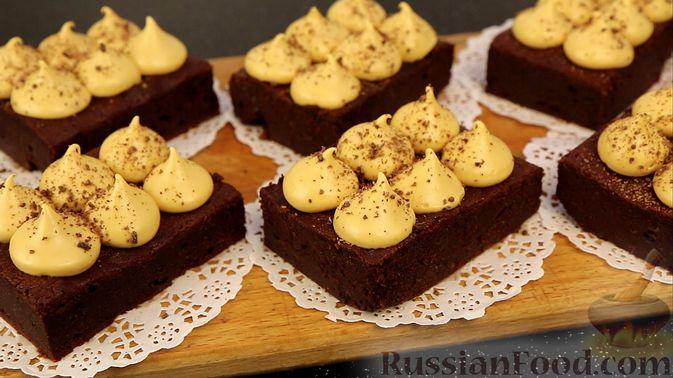 Фото к рецепту: Шоколадный брауни со сливочно-карамельным кремом