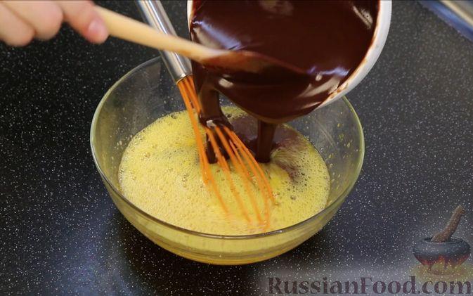 Фото приготовления рецепта: Шоколадный брауни со сливочно-карамельным кремом - шаг №7