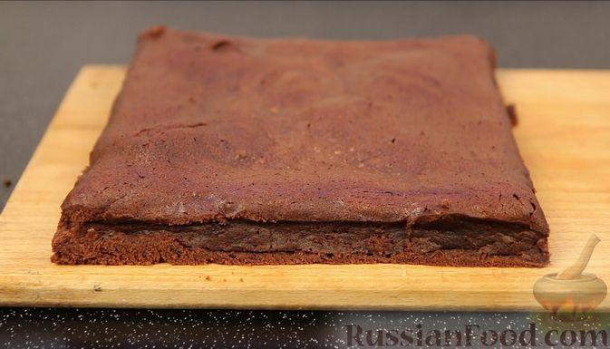 Фото приготовления рецепта: Шоколадный брауни со сливочно-карамельным кремом - шаг №15