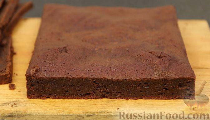 Фото приготовления рецепта: Шоколадный брауни со сливочно-карамельным кремом - шаг №16