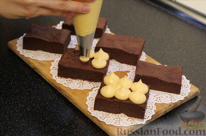 Фото приготовления рецепта: Шоколадный брауни со сливочно-карамельным кремом - шаг №19