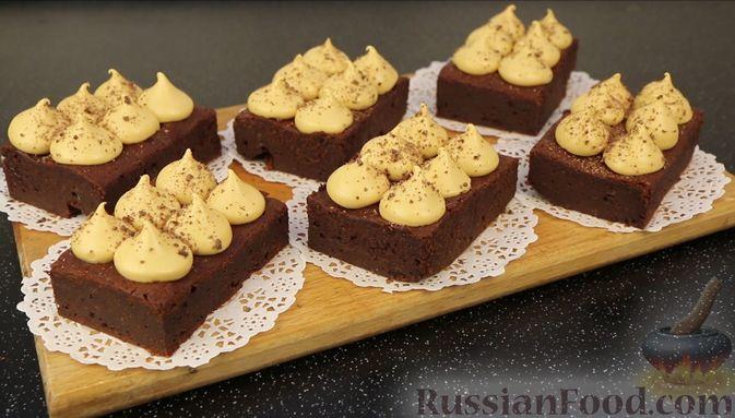 Фото приготовления рецепта: Шоколадный брауни со сливочно-карамельным кремом - шаг №20