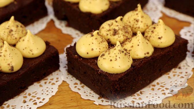 Фото приготовления рецепта: Шоколадный брауни со сливочно-карамельным кремом - шаг №22
