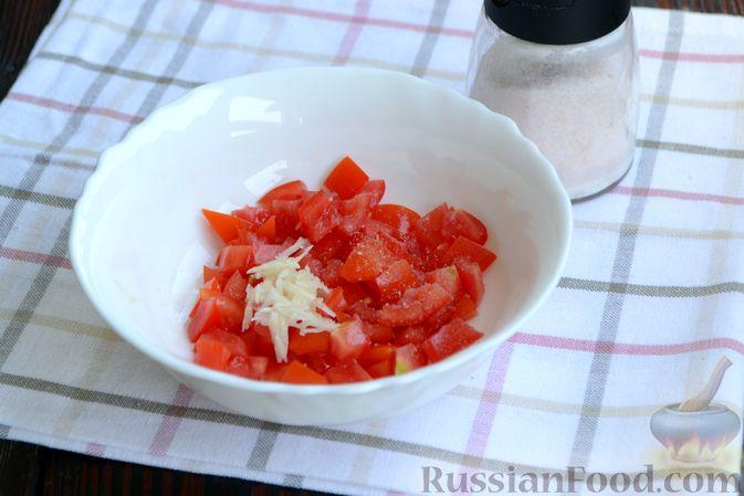 Фото приготовления рецепта: Слоёный салат с крабовыми палочками, помидорами, сыром и кукурузой - шаг №3