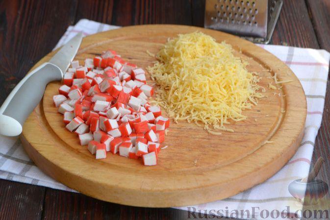 Фото приготовления рецепта: Слоёный салат с крабовыми палочками, помидорами, сыром и кукурузой - шаг №4