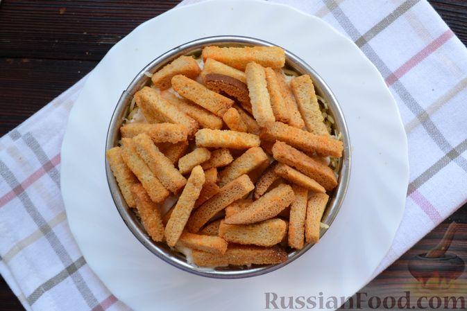 Фото приготовления рецепта: Слоёный салат с крабовыми палочками, помидорами, сыром и кукурузой - шаг №9