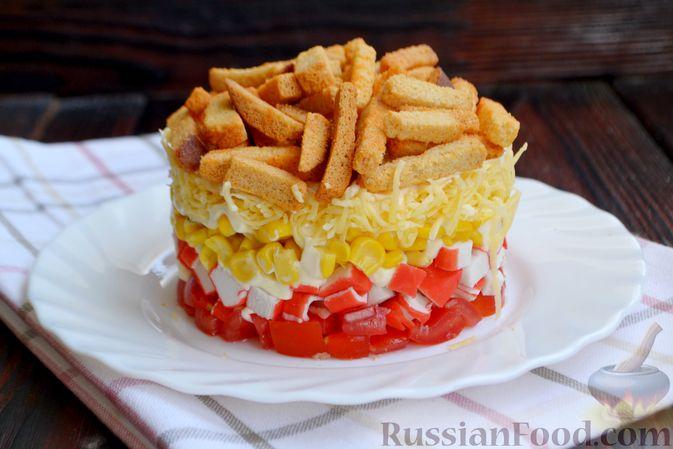 Фото приготовления рецепта: Слоёный салат с крабовыми палочками, помидорами, сыром и кукурузой - шаг №10
