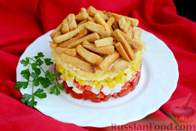 Фото приготовления рецепта: Слоёный салат с крабовыми палочками, помидорами, сыром и кукурузой - шаг №11