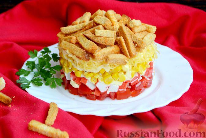 Фото приготовления рецепта: Слоёный салат с крабовыми палочками, помидорами, сыром и кукурузой - шаг №12
